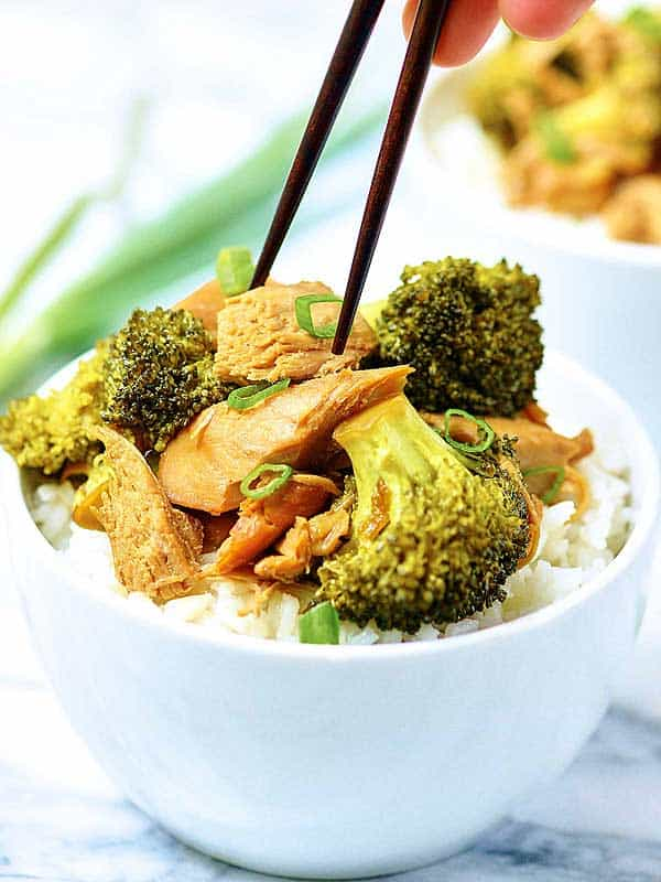 Forget take out and have this Crockpot Chicken and Broccoli instead! I love recipes like this, because it actually tastes better than take-out, you can schedule it to be ready exactly when you want it, and *bonus* it's healthier! showmetheyummy.com #crockpot #chicken #broccoli #chinese #delivery #takeout #healthy #lightenedup