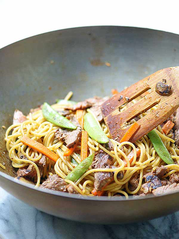 beef lo mein in bowl