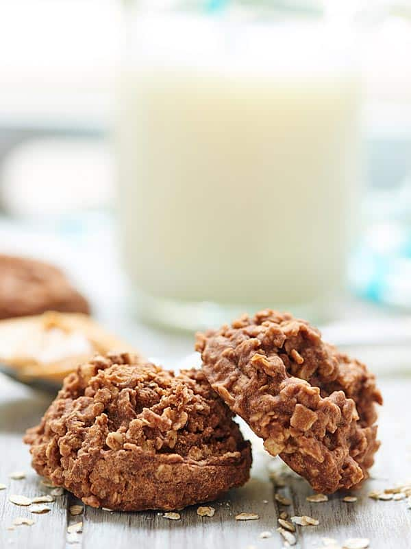 Stay cool this summer, but satisfy your chocolate craving with these easy, yummy, oatmeal, peanut butter, chocolatey no-bake cookies! No oven necessary! showmetheyummy.com #cookies #dessert