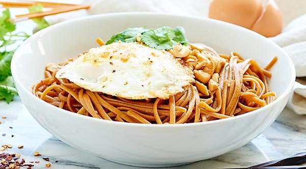 These Easy Asian Noodles are so good! A healthy, vegetarian recipe made w/ whole wheat pasta & over easy eggs! They're easy, tasty & better than delivery! showmetheyummy.com #pasta #healthy
