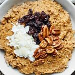 This Crockpot Pumpkin Oatmeal w/ Quinoa can be made in advanced, is super healthy, and tastes like pumpkin pie! showmetheyummy.com #crockpot #quinoa