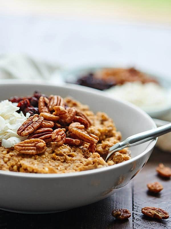 This Crockpot Pumpkin Oatmeal w/ Quinoa can be made in advanced, is super healthy, and tastes like pumpkin pie! showmetheyummy.com #crockpot #quinoa