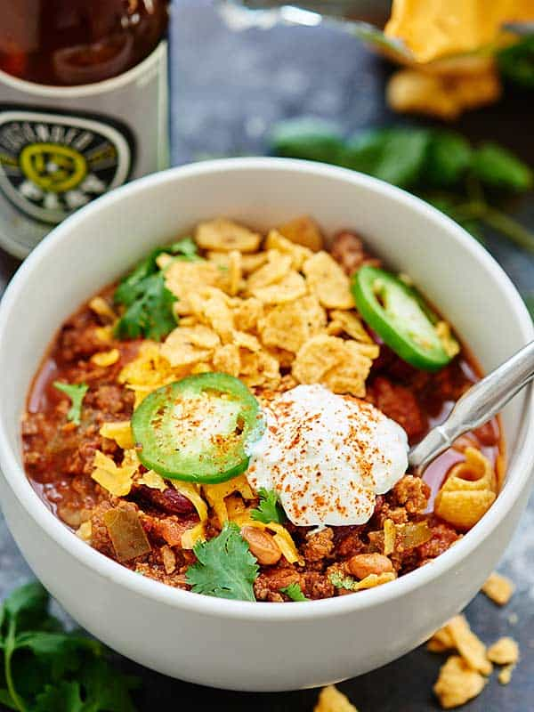 This Slow Cooker Beef Chili is a quick & easy fall dinner! Beef, beer, liquid smoke, vegetables, & spices cook low & slow for a really flavorful dish! showmetheyummy.com #beefchili #slowcooker