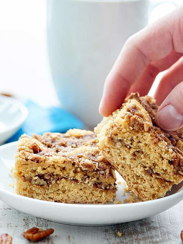 This coffee cake recipe is SO yummy with the cinnamon sugar-y, crunchy pecan streusel and smothered in a sweet, warm, maple-y glaze! showmetheyummy.com #coffeecake #holidaybaking