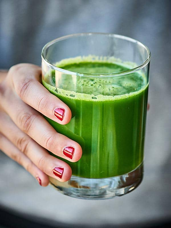 This Green Juice Recipe is packed with kale, cucumbers, celery, lemon, ginger, and apples! Loaded with fruits and veggies, this juice is healthy and delicious! showmetheyummy.com #greenjuice #vegan