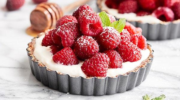 Only 5 ingredients - cashews, raisins, vanilla, yogurt, raspberries - & 10 minutes needed to make these Healthy Fruit Tarts! Great for breakfast or dessert! #ad #finestberries #raspberrydessert #healthy @DriscollsBerry