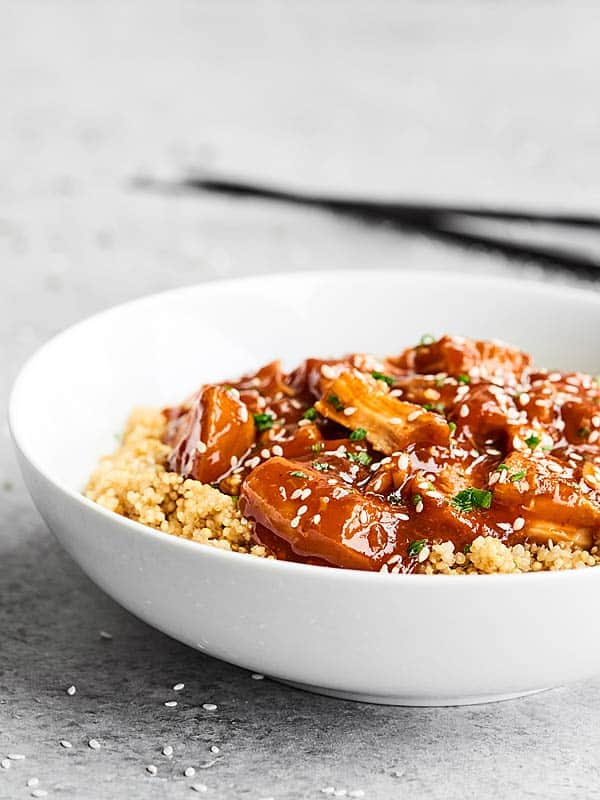 This Slow Cooker Honey Sriracha Chicken is quick to put together, healthy, easy, and is the perfect combo of sweet and spicy thanks to honey and sriracha! showmetheyummy.com #tablespoon #ad @tablespoon tablespoon.com