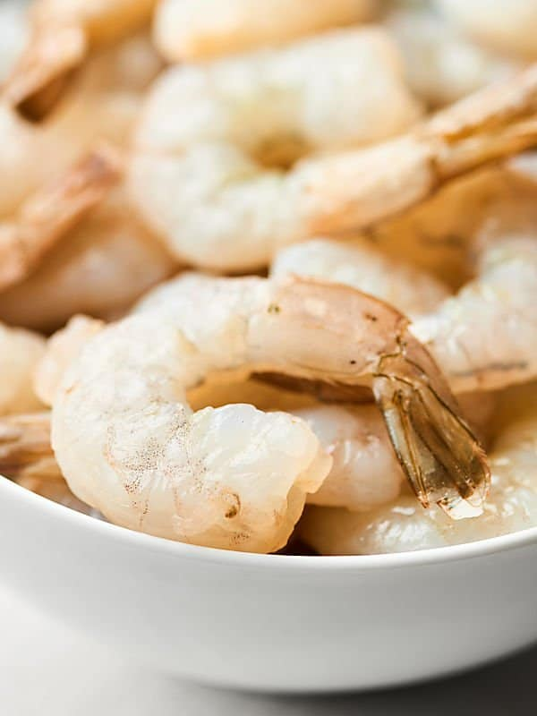 Tender shrimp, butter-y + garlicky sauce... this Easy Shrimp Scampi Recipe is simply perfect! showmetheyummy.com #shrimpscampi #easydinner