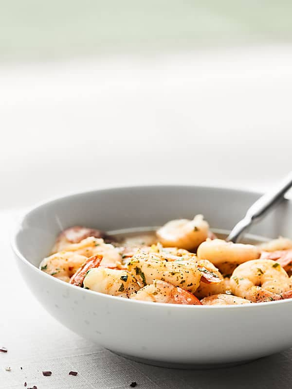 Tender shrimp, butter-y + garlicky sauce... this Easy Shrimp Scampi Recipe is simply perfect! showmetheyummy.com #shrimpscampi #easydinner