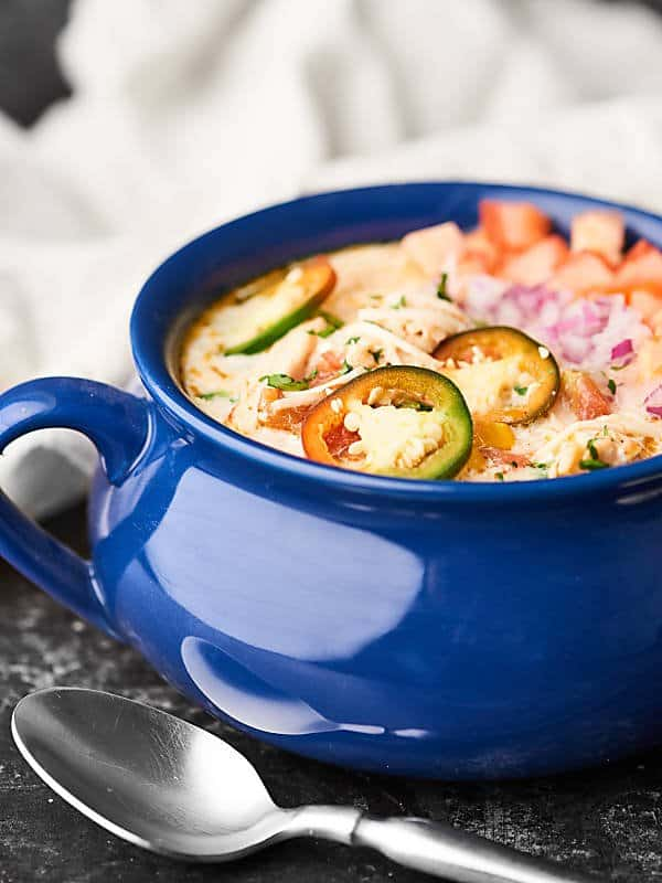 This Slow Cooker White Chicken Chili Recipe is ridiculously easy to make, SO creamy, perfectly seasoned, and is just everything you want for a cozy fall dinner. showmetheyummy.com @tablespoon #tablespoon #ad