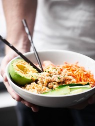 This Spicy Tuna Roll Bowl is a deconstructed version of the spicy tuna roll. Protein packed tuna, brown rice, and veggies all smothered in the most magically spicy mayo sauce. showmetheyummy.com Made in partnership w/ @chickenofthesea #spicytunaroll #sushirecipe