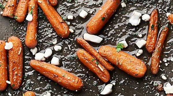 A healthy-ish side dish that's perfect for any occasion! You're only 10 ingredients and 30 minutes away from devouring these super simple and delicious Honey Roasted Carrots! showmetheyummy.com #thanksgiving #honeyroastedcarrots