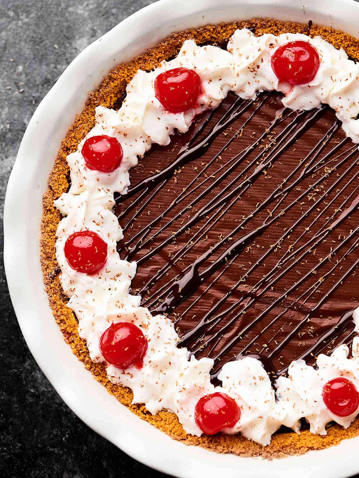 #ad This Red Wine Chocolate Pudding Pie will be the star of your next holiday gathering. A simple graham cracker crust is filled with the most decadent, rich, red wine chocolate pudding! showmetheyummy.com Made in partnership w/ @barefootwine #chocolatepie #puddingpie