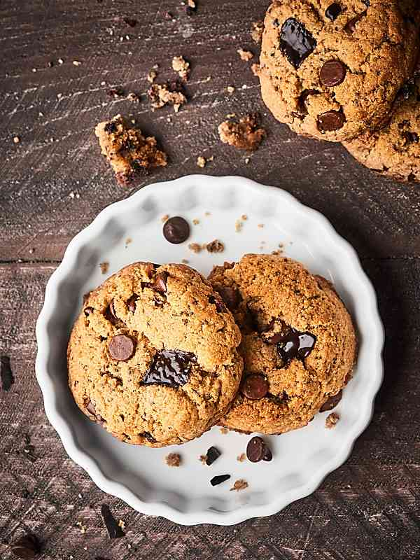 #ad Healthy Chocolate Chip Cookies that actually taste good! Gluten free, vegan, and made with coconut oil, almond butter, almond flour, and dark chocolate chunks! showmetheyummy.com Made in partnership w/ @bobsredmill