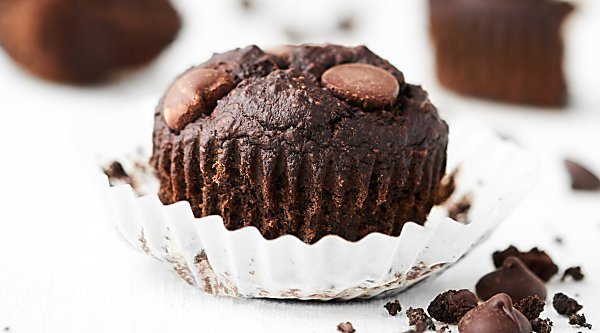 At only 150 calories, these Healthy Chocolate Banana Muffins are healthy enough for breakfast, but indulgent enough for dessert! Vegan. Gluten Free. Made in ONE bowl. showmetheyummy.com
