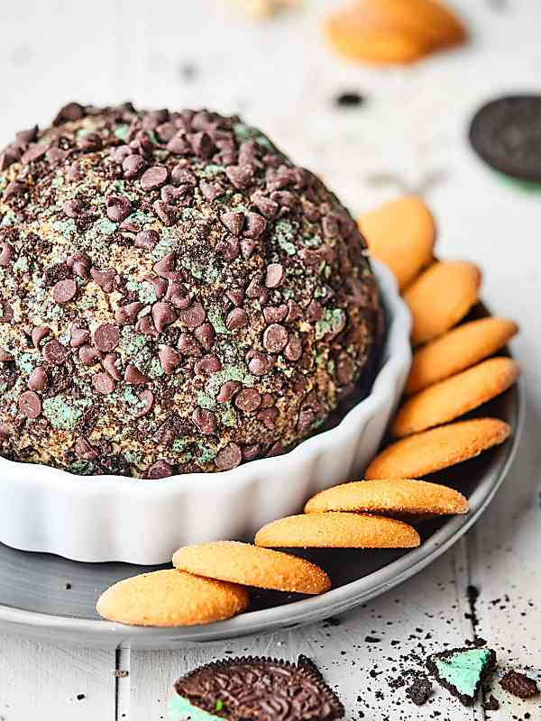 You're only eight ingredients and five minutes of prep away from the BEST Mint Oreo Cream Cheese Ball. Cream cheese + pudding mix + mint extract and loads of Mint Oreos? This dessert is easy and delicious! showmetheyummy.com