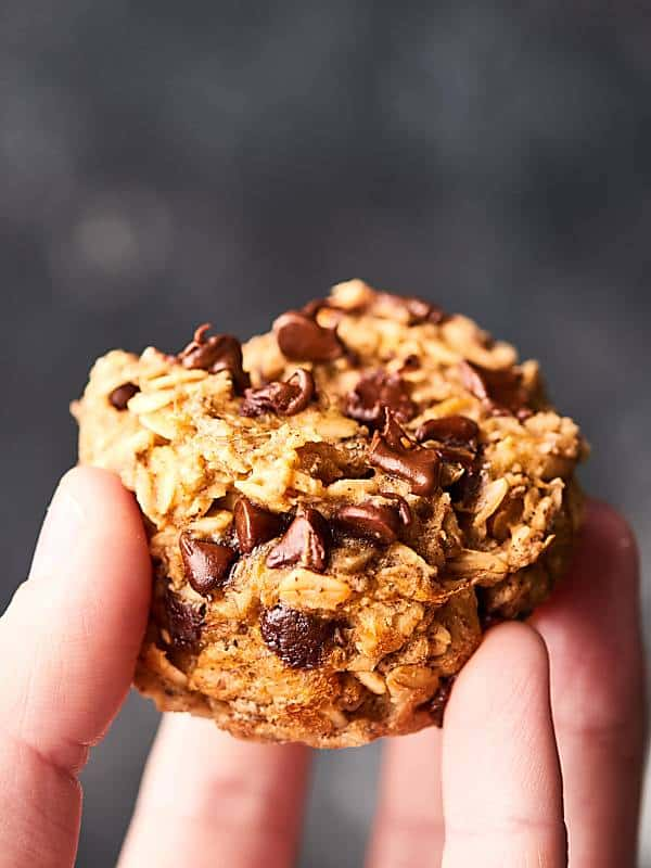 These Healthy Baked Oatmeal Cups are naturally sweetened with bananas and are loaded with oats, all natural peanut butter, almond milk, and a handful of dark chocolate chips! Vegan. Gluten Free. 130 calories! showmetheyummy.com