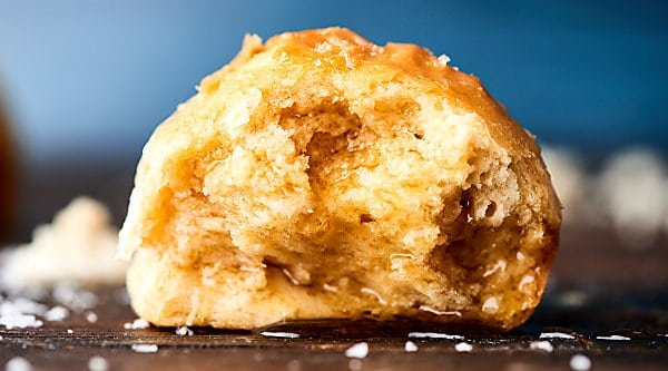 These Easy Dinner Rolls are made in less than an hour and truly are SO easy to make! Fluffy, slightly sweet, and totally delicious! showmetheyummy.com