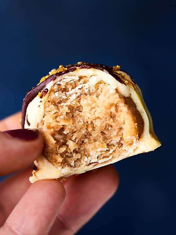 #ad These Granola Truffles only require 5 ingredients and taste like sugar cookies! Granola, vanilla extract, almond extract, cream cheese, and white chocolate! showmetheyummy.com Made in partnership w/ @sweethmgranola #SweetHomeFarm