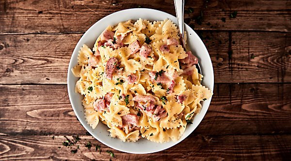 #ad This One Pot Ham and Cheese Pasta Recipe is the perfect way to use up that leftover holiday ham! A quick and easy recipe full of pasta, swiss cheese, and ham! showmetheyummy.com Made in partnership w/ @smithfieldfoods #HolidayHub