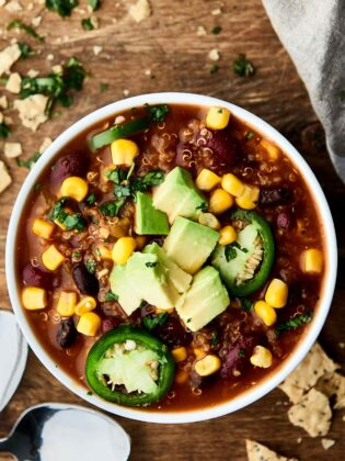This Instant Pot Vegetarian Chili is SO quick and easy to make and full of vegetables, beans, and quinoa! Healthy. Gluten free. Vegan. Ready in 30 mins! Less than 300 calories per serving. showmetheyummy.com #instantpot #vegan #healthy #chili
