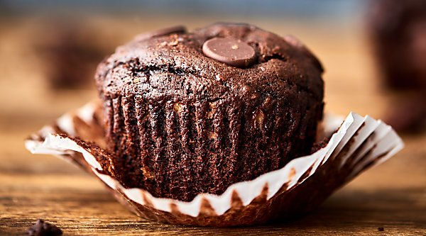 These double chocolate bananas muffins are ridiculously easy to make . . . and even easier to eat. Full of ripe bananas, brown sugar, cocoa powder, and dark chocolate chunks! Socially acceptable for breakfast, but decadent enough for dessert. ;)showmetheyummy.com #chocolate #bananamuffins