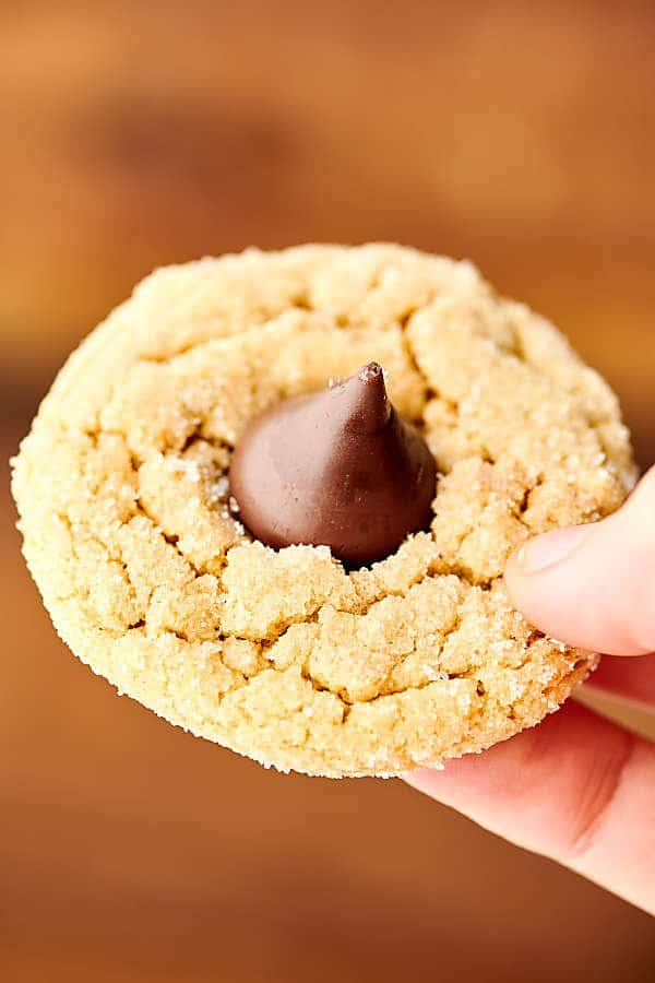 These Easy Peanut Butter Blossoms are a holiday favorite. A homemade soft and chewy peanut butter cookie is rolled in sugar and topped with a milk chocolate kiss! showmetheyummy.com #peanutbutterblossoms #peanutbutter #cookie #christmascookie #chocolate