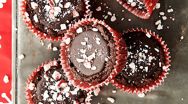 Peppermint Mocha Cookie Cups. A chewy, peppermint mocha cookie is filled with the most delicious fudge filling. Serve room temperature with crushed peppermint, chilled with whipped cream, or warm with vanilla ice cream! showmetheyummy.com #mint #chocolate #cookies #mocha #peppermintmocha #christmas