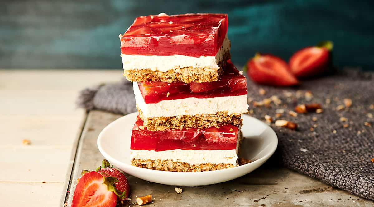 strawberry pretzel salad horizontal